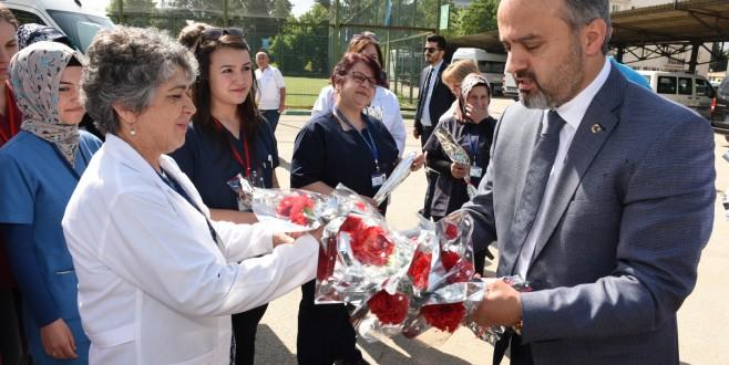 Başkan Aktaş'tan hemşirelere 'karanfilli' kutlama
