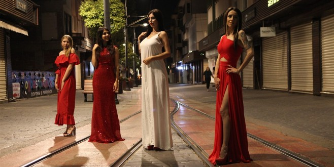Bursa'da gece yarısı Tramvay yolunda defile