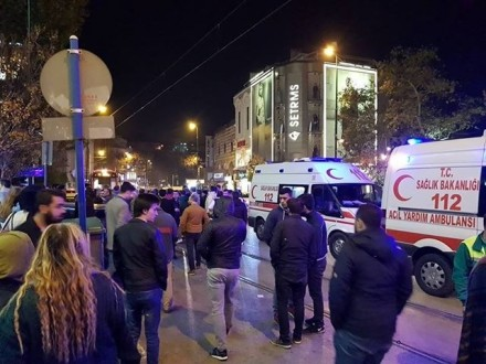 Bursa'da kontrolden çıkan otomobil otobüs durağına daldı: 3 yaralı