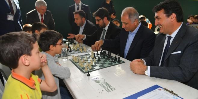 Dündar ve Ala'dan minik satranççılara moral