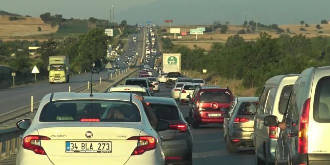 Karacabey-Bursa yolunda tatil dönüşü uzun trafik kuyruğu