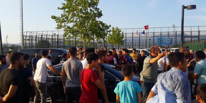 Sporcuları darp eden taraftarı polis güçlükle sakinleştirdi
