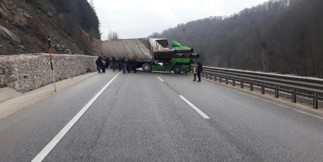 Tır kaza yaptı, yol trafiğe kapandı