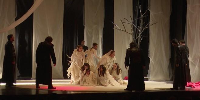 'Troyalı Kadınlar' Adana'da sahnelendi